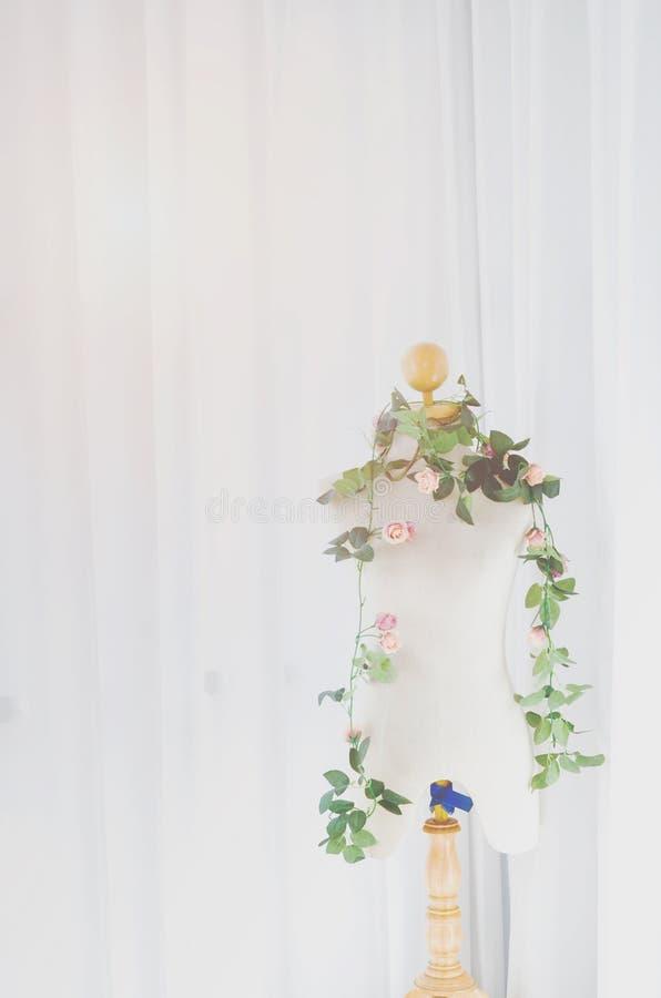 Les marionnettes essayent la chemise dans une salle blanche photographie stock