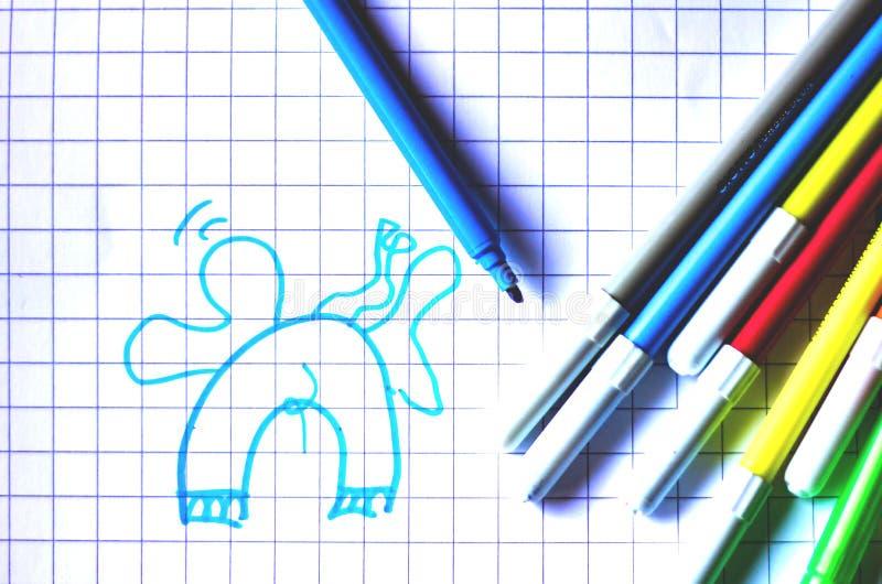 Les marqueurs colorés avec le fond blanc, les retours d'école et eux préparent aussi pour colorer n'importe quelle conception pou image stock