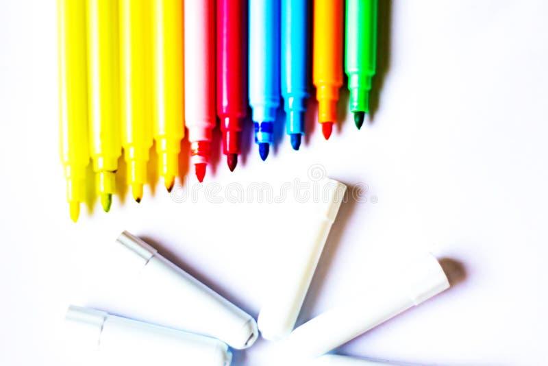 Les marqueurs colorés avec le fond blanc, les retours d'école et eux préparent aussi pour colorer n'importe quelle conception pou image libre de droits