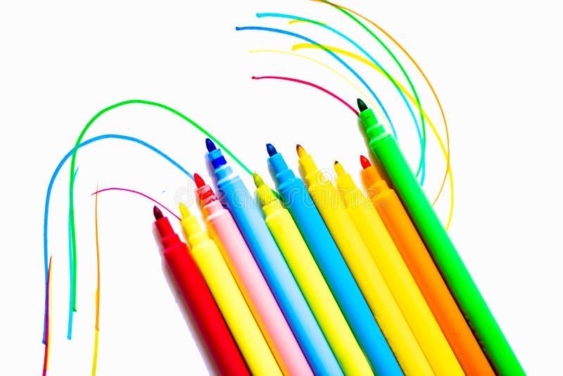 Les marqueurs colorés avec le fond blanc, les retours d'école et eux préparent aussi pour colorer n'importe quelle conception pou photos libres de droits