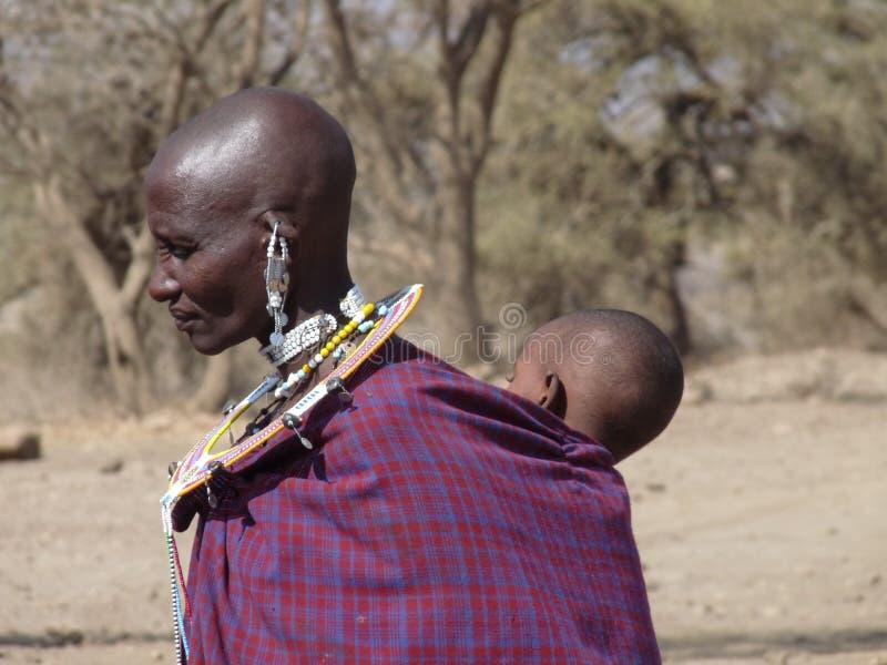Les masais enfantent le dos de transport de bébé dessus image libre de droits