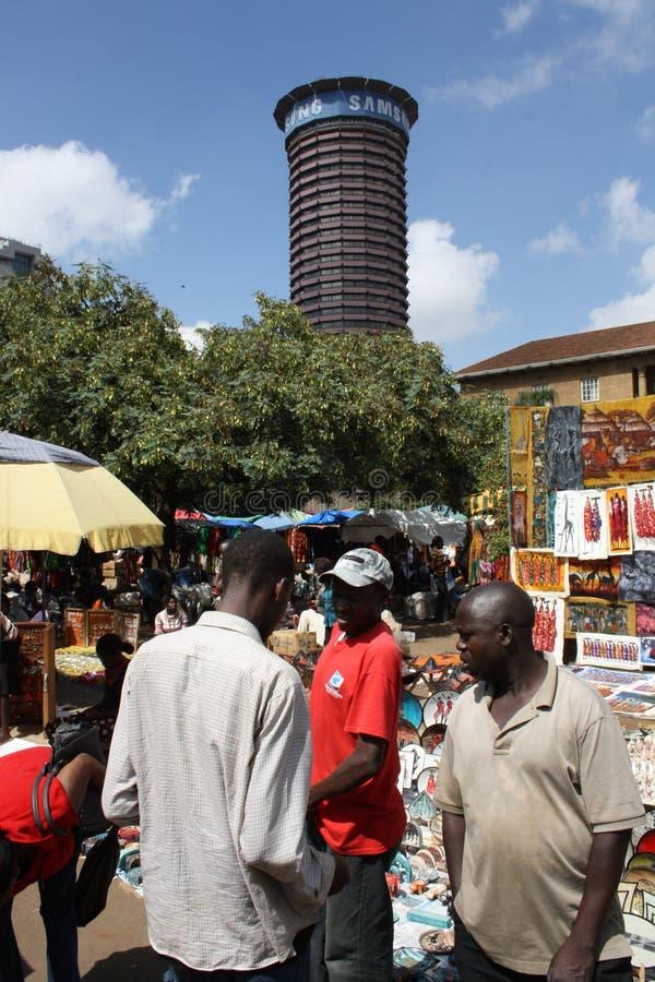 Les masais lancent sur le marché à Nairobi images stock