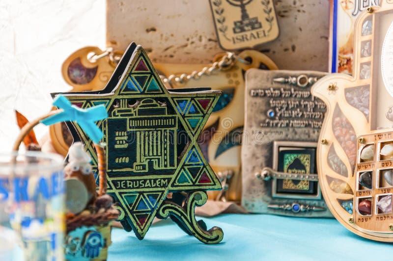 Les mascottes traditionnelles juives de souvenirs d'attributs ont placé sur la table photo stock