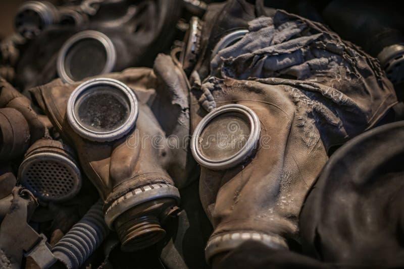 Les masques de gaz ont servi leur temps images stock