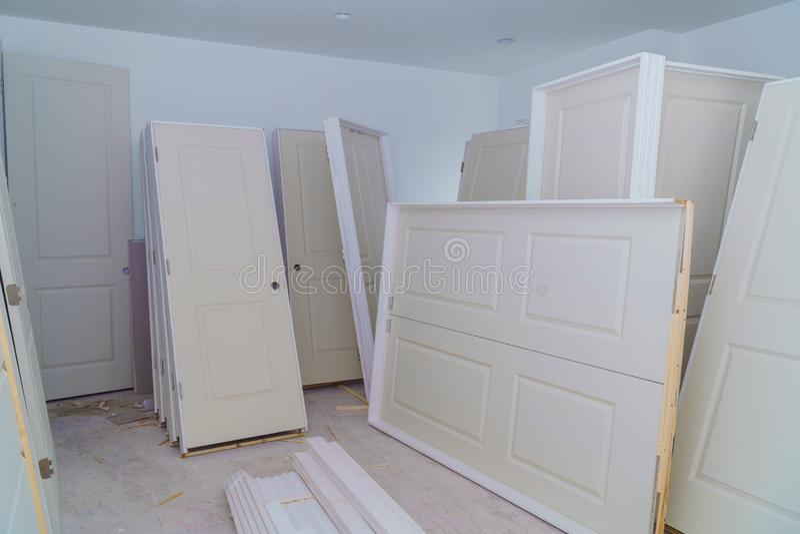 Les matériaux pour la construction en appartement est en construction, transformant, la rénovation, porte pour une nouvelle maiso photo libre de droits