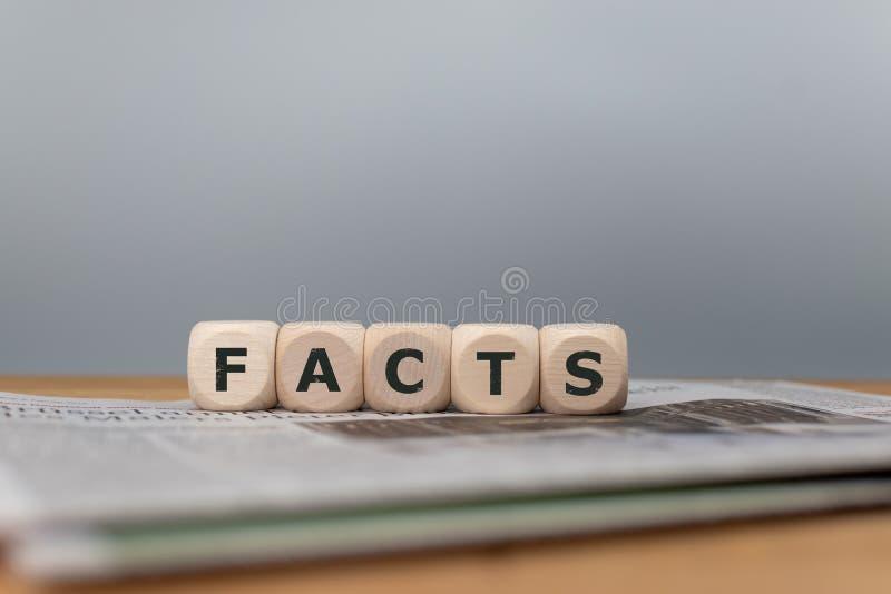 """Les matrices ont placé sur une forme de journal le mot """"faits """" photo stock"""