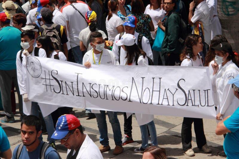 Les membres du personnel soignant protestent au-dessus du manque de médecine et de bas salaires à Caracas images stock