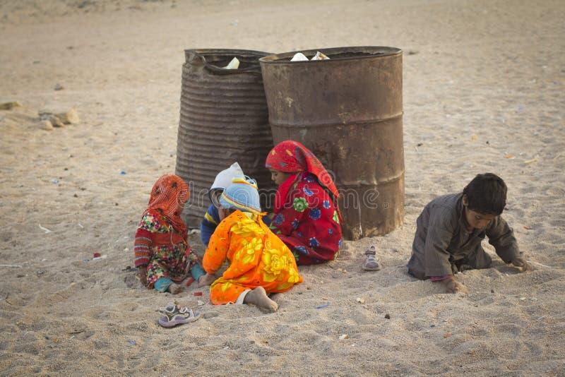 Les mendiants égyptiens jouent dans les déchets photos libres de droits