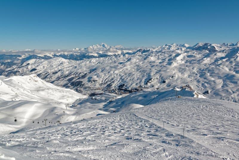 Les Menuires e Mont Blanc dalla cima di La Masse fotografia stock