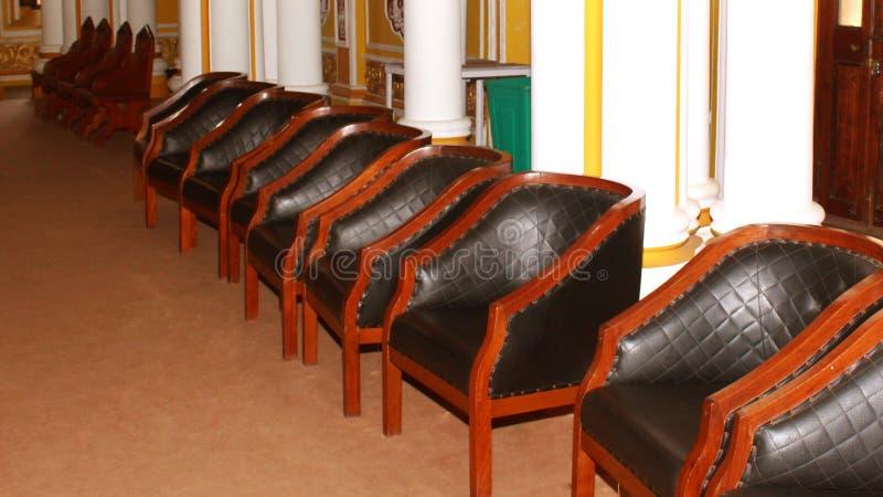 Les meubles classiques de chaise de style de vintage ont placé dans le palais de Bangalore photographie stock libre de droits