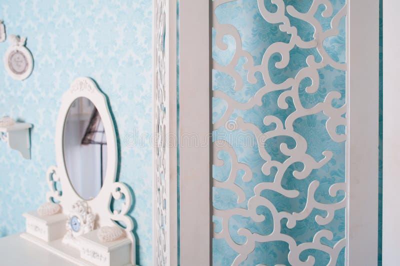 Les meubles classiques de style de vintage ont placé dans le salon léger images libres de droits