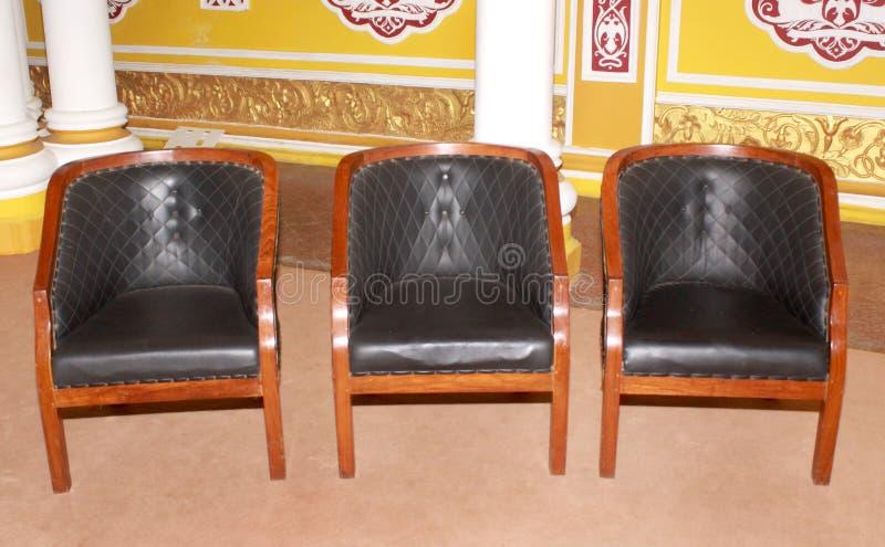 Les meubles de chaise de style de vintage ont placé dans le palais de Bangalore images libres de droits