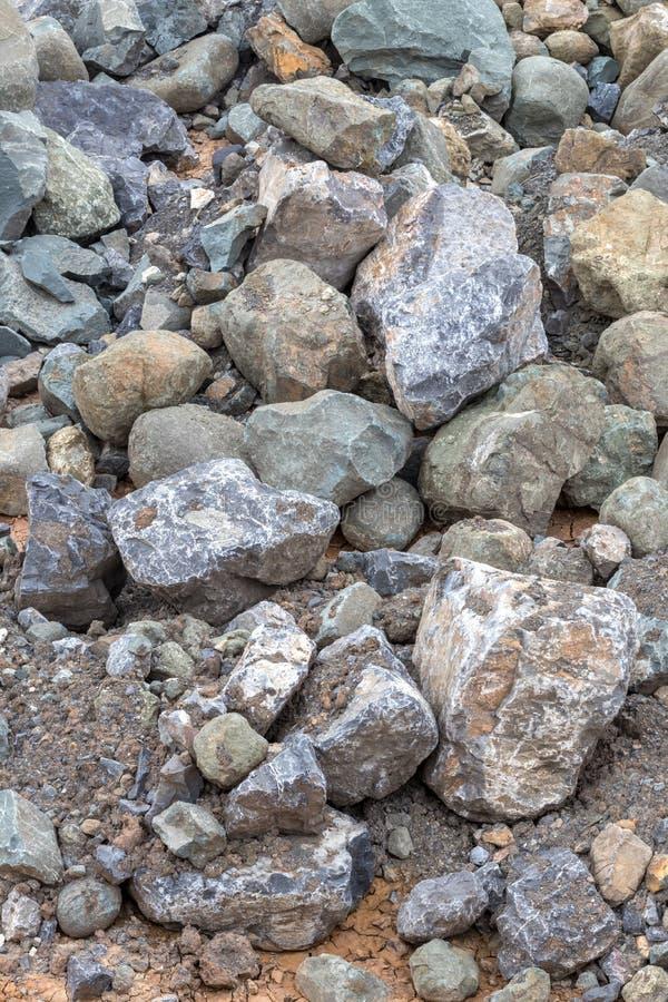 Les milieux empilent de grands et petits blocs de granit au sol photo libre de droits