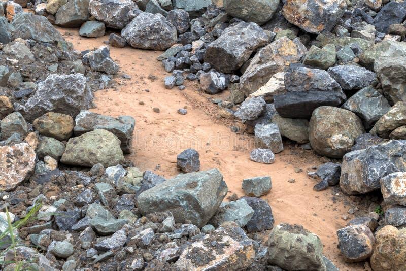 Les milieux empilent de grands et petits blocs de granit au sol photos stock