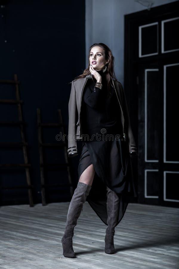 Les militaires de mode dénomment Modèle dans la veste photographie stock