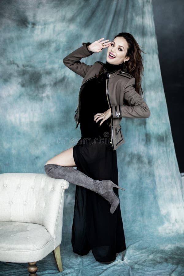 Les militaires de mode dénomment Modelez dans la pose de veste, de jupe et de bottes images stock
