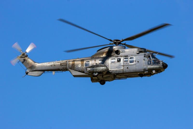 Les militaires de puma d'Eurocopter transportent l'hélicoptère photos libres de droits