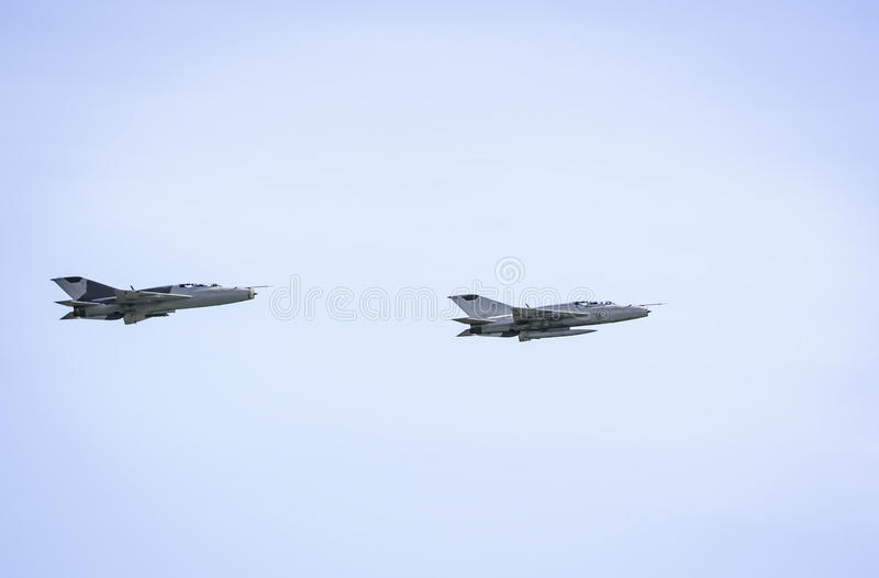Les militaires voyagent en jet mig-21 sur le fond de ciel bleu photo libre de droits
