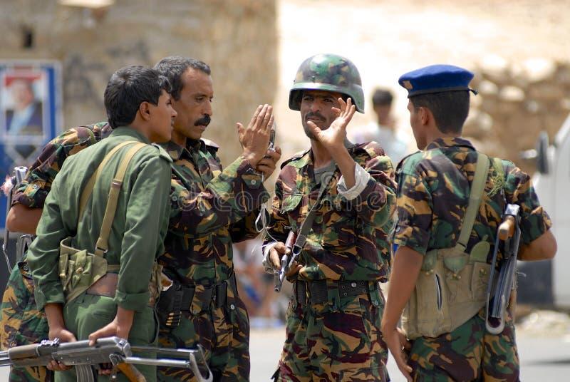 Les militaires yéménites parlent au point de contrôle de sécurité, vallée de Hadramaut, Yémen image stock