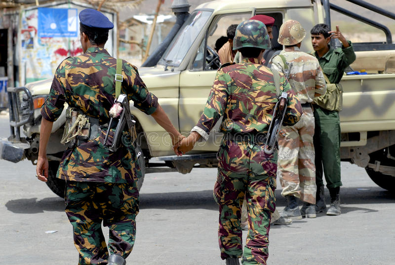Les militaires yéménites tiennent des mains au point de contrôle de sécurité, vallée de Hadramaut, Yémen photos stock