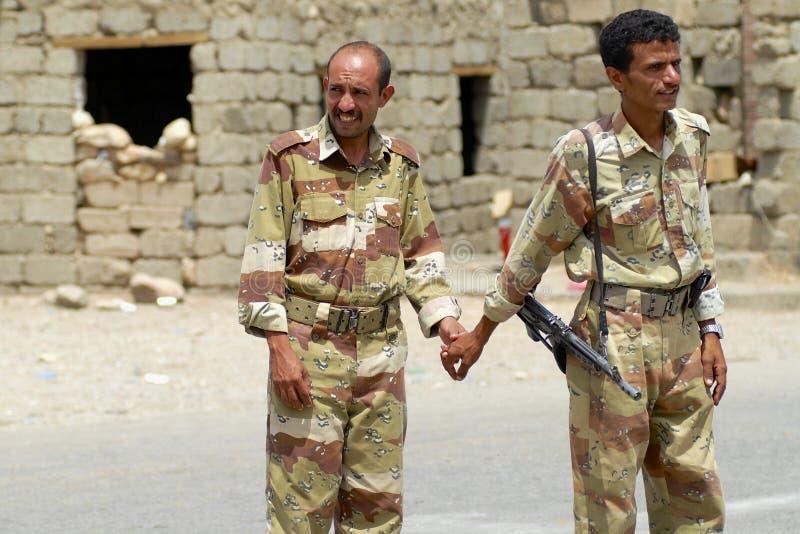 Les militaires yéménites tiennent des mains au point de contrôle de sécurité, vallée de Hadramaut, Yémen image libre de droits