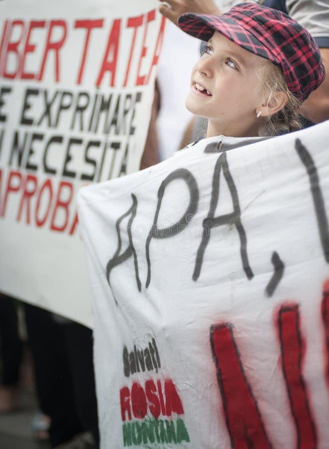 Les milliers se rassemblent en Roumanie contre la mine d'or contrôlée par canadien sur Bucarest images stock