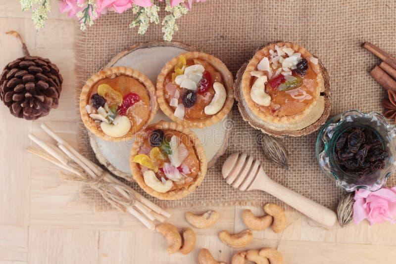 Les mini écrous d'amande, portent des fruits tarte est délicieux images stock