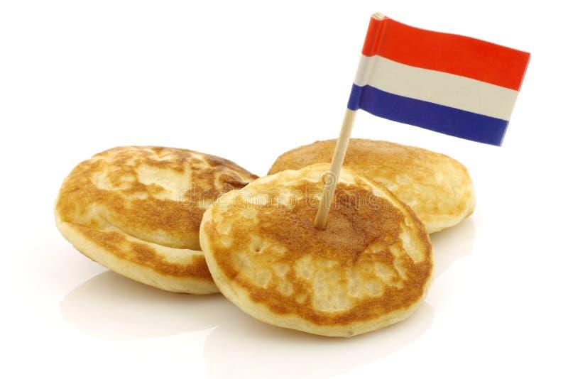Les mini crêpes hollandaises ont appelé des poffertjes images stock
