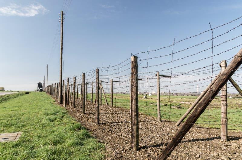 Les miradors le long de la double-barrière de barbelé sur Nazi German Majdanek campent image stock