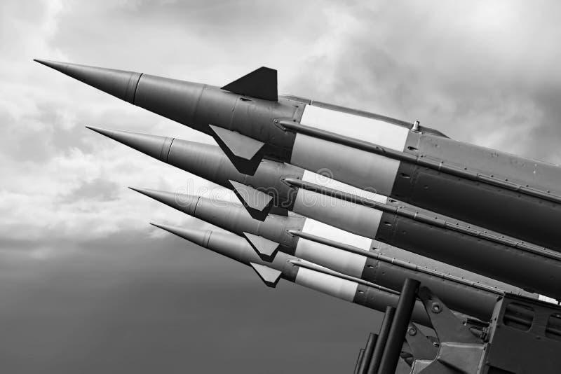 Les missiles nucl?aires avec l'ogive ont vis? le ciel sombre image stock