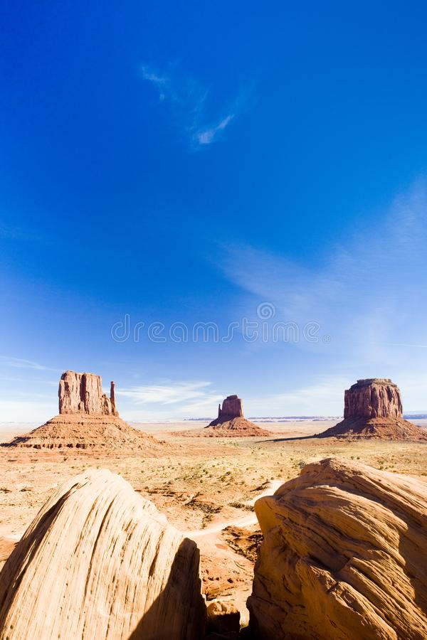 Les mitaines et le Merrick Butte, parc national de vallée de monument, Ut photographie stock