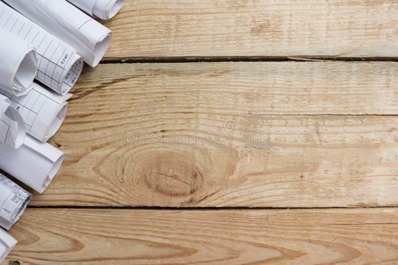 Les modèles architecturaux, modèle roule sur le fond en bois L'ingénierie usine la vue à partir du dessus Copiez l'espace image libre de droits