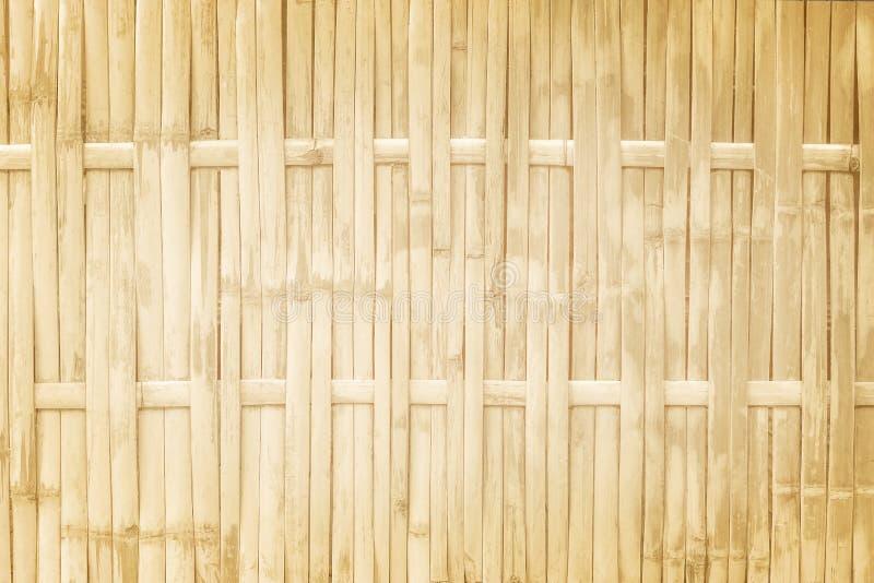 Les modèles de traditionnel thaïlandais handcraft la barrière en bambou d'armure, fond en bois naturel de texture photos libres de droits
