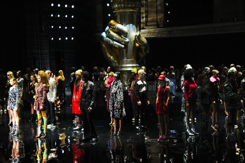 Les modèles marchent la finale de piste à la collection de la Pré-chute 2019 de Versace image libre de droits