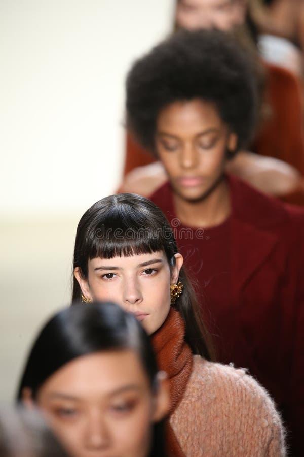 Les modèles marchent la finale de piste chez Brock Collection Fashion Show photo libre de droits