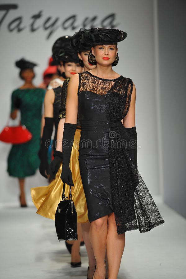 Les modèles marchent la piste chez Tatyana Designs image libre de droits
