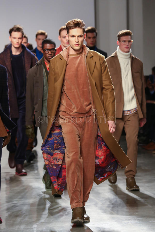 Les modèles marchent la piste portant Perry Ellis Fall 2015 photographie stock libre de droits