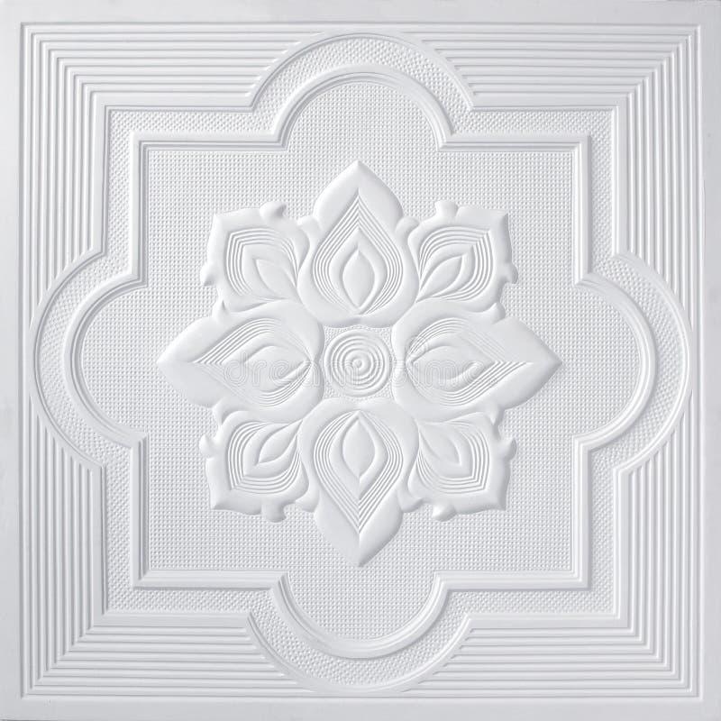 Les modèles sur les feuilles de gypse de plafond de fleurs blanches images stock