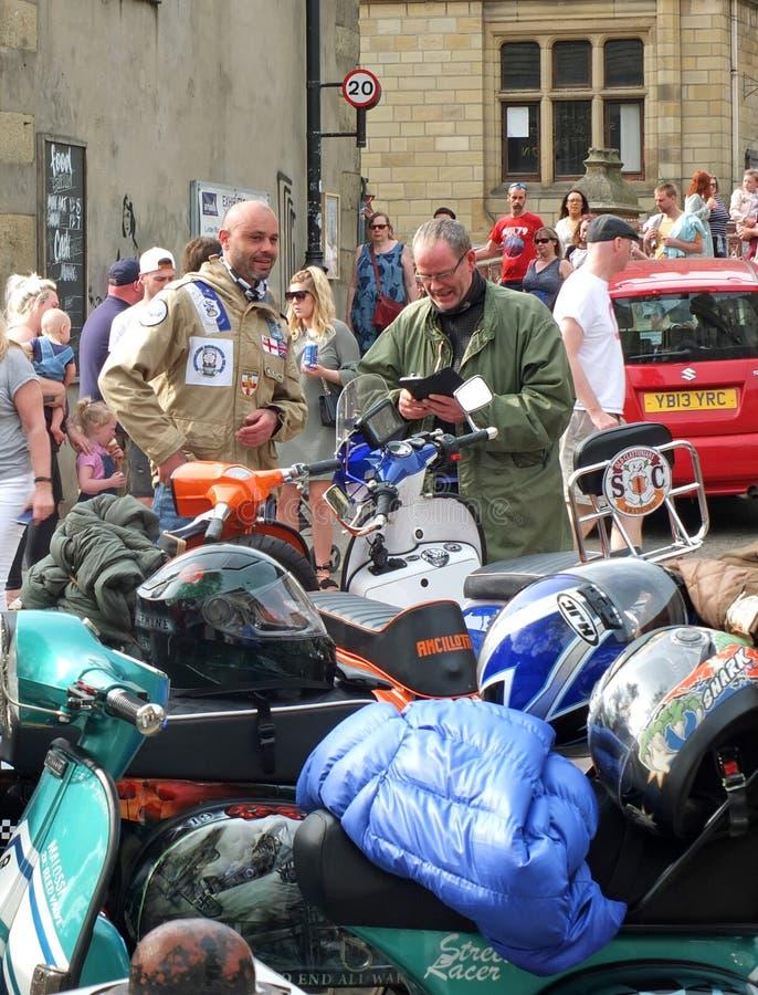 les mods et les scooters hebden dedans le pont pour le jour férié lundi de Pâques photos stock