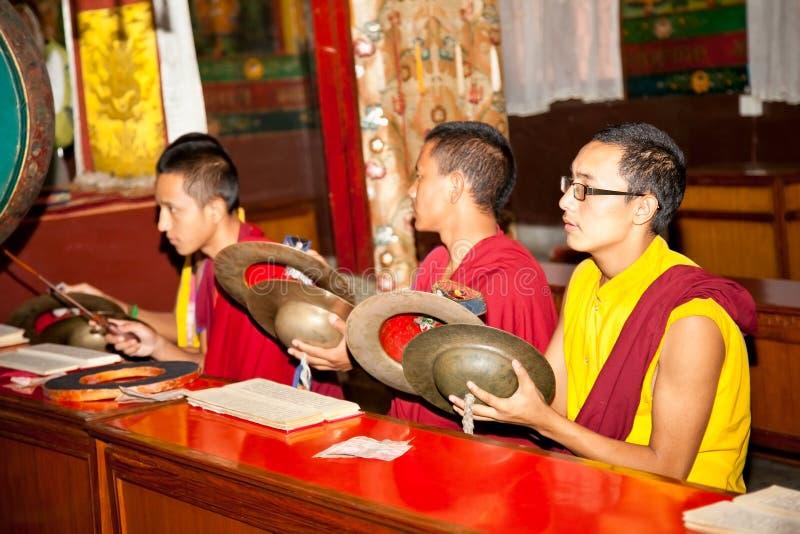 Les moines bouddhistes jouent la musique pendant la prière dans Bouddanath photographie stock