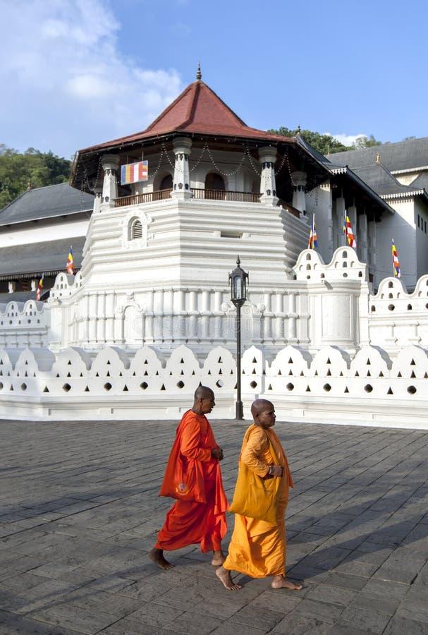Les moines bouddhistes marchent après le temple de la relique sacrée de dent à Kandy dans Sri Lanka photographie stock