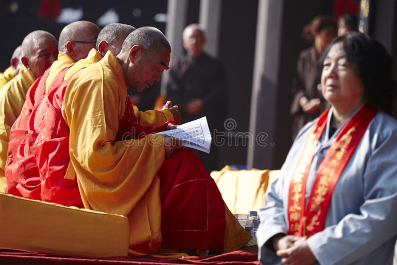 Les moines chinois lisant le scripture prient dedans l'événement images libres de droits