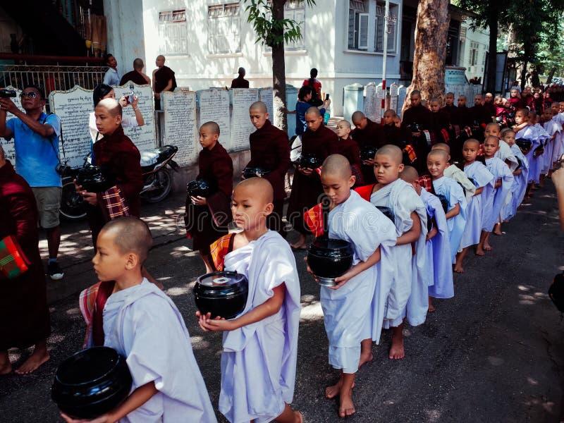 Les moines disposent à manger le déjeuner images libres de droits