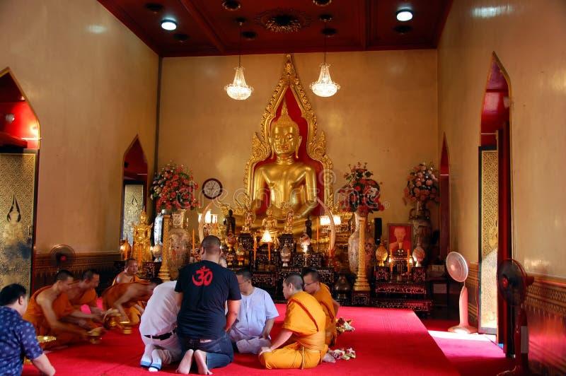 Les moines prient au Bouddha photo libre de droits