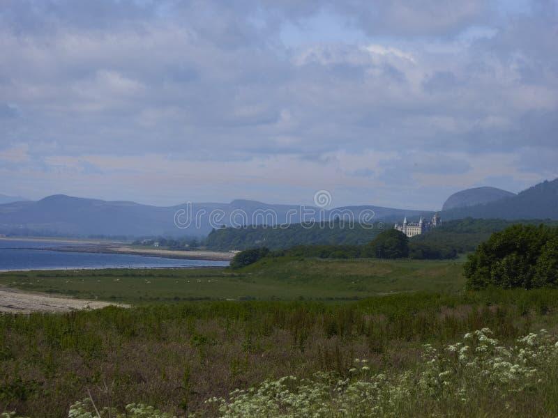 Les montagnes écossaises typiques aménagent en parc avec le château et les montagnes images libres de droits