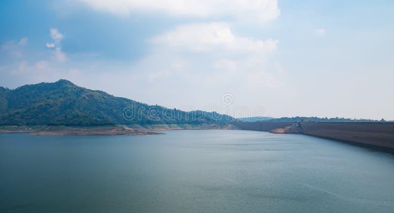 Les montagnes aménagent en parc avec le barrage concret dans l'eau de lac de turquoise de la Thaïlande image stock