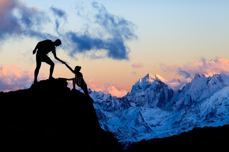 Les montagnes aménagent Ushba en parc, Caucase photographie stock libre de droits