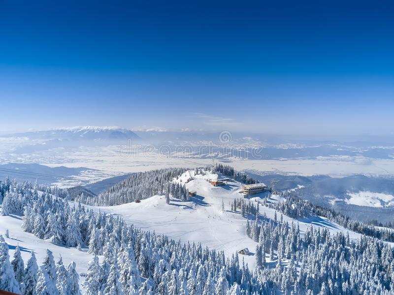 Les montagnes d'hiver aménagent en parc, regardent de la crête de Postavaru le de haut de 1799 m en Brasov, Roumanie, avec des mo photos libres de droits