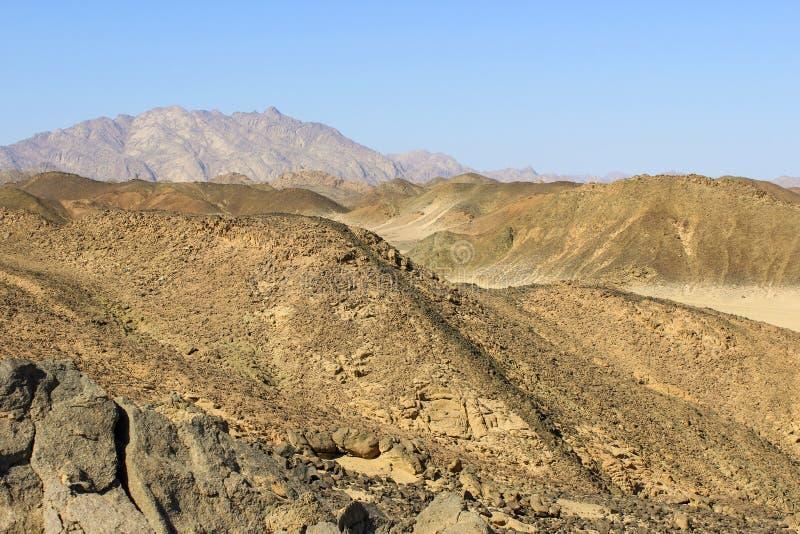 Les montagnes dans le désert de l'Afrique du Nord photographie stock libre de droits