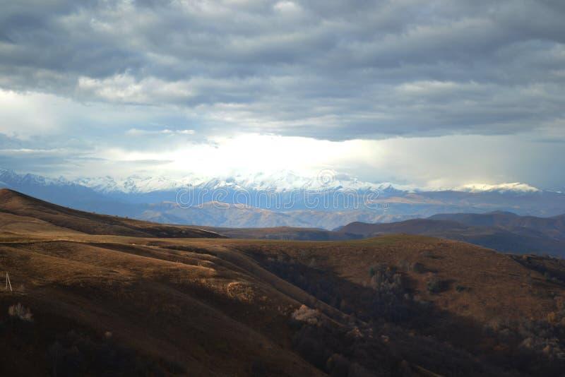 Les montagnes de Caucase photographie stock libre de droits